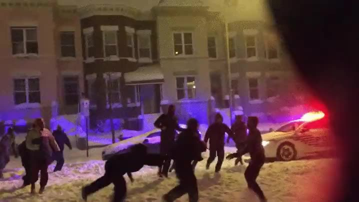 Enlace a Policías aprovechando la nieve para organizar un partido