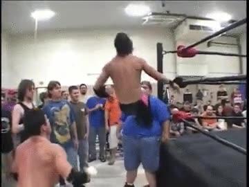 Enlace a Un luchador de lucha libre que encuentra apoyo en el lugar más inesperado