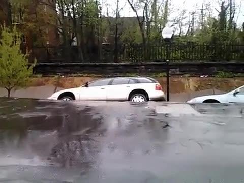 Enlace a Después de ver este accidente no volverás a dejar el coche en la calle