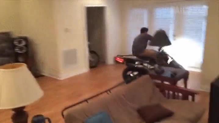 Enlace a Y por este motivo nunca se debe probar una moto dentro de una casa