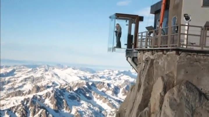 Enlace a ¿Te atreverías a ver el paisaje un cristal en la cima de una montaña?
