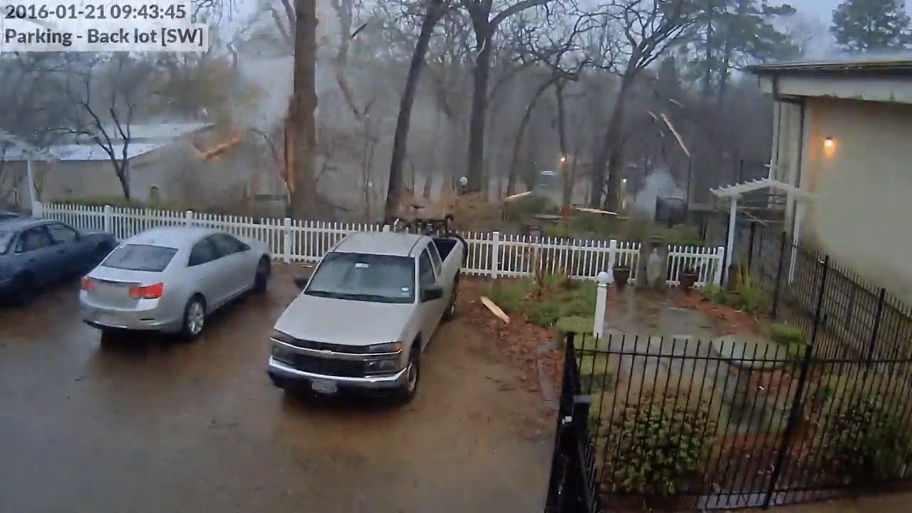 Enlace a La cámara de seguridad graba el momento exacto en el que un rayo cae sobre un árbol