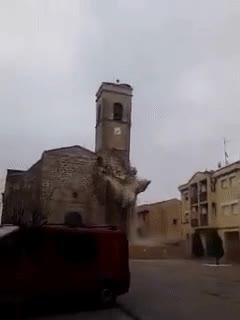 Enlace a Momento exacto en el que cae el campanario de la Iglesia de Roselló (Lleida)