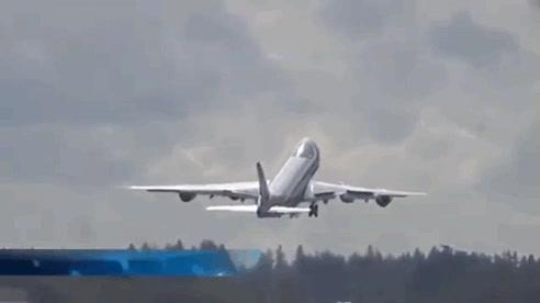 Enlace a El piloto de un avión dice adiós con un arriesgado despegue