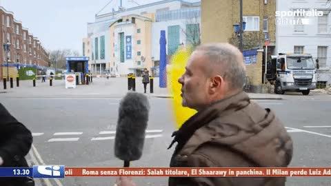 Enlace a Reportero italiano pierde los nervios por culpa de un espontáneo con una banana
