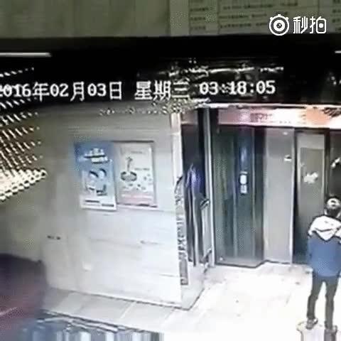 Enlace a Muy bien de la cabeza no hay que estar para pelearse con un ascensor