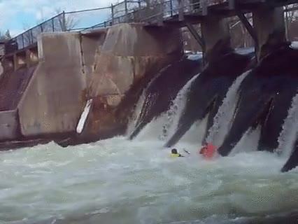 Enlace a Y por esta razón nunca debes hacer kayak justo delante de una presa