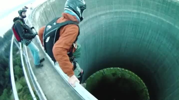 Enlace a Espectacular salto a una torre nuclear abandonada