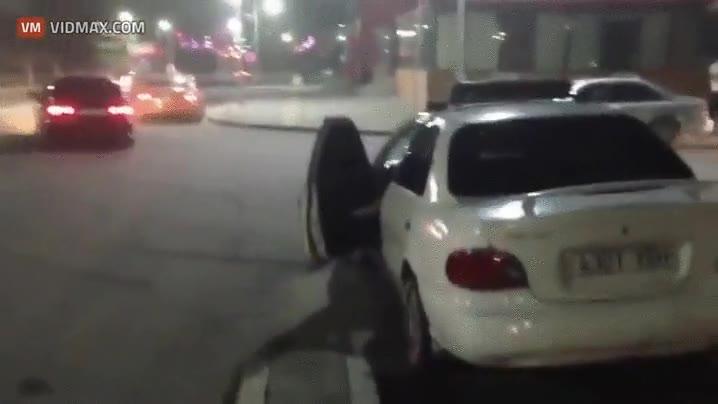 Enlace a Señor agente, permítame ayudarle a cerrar la puerta de su coche