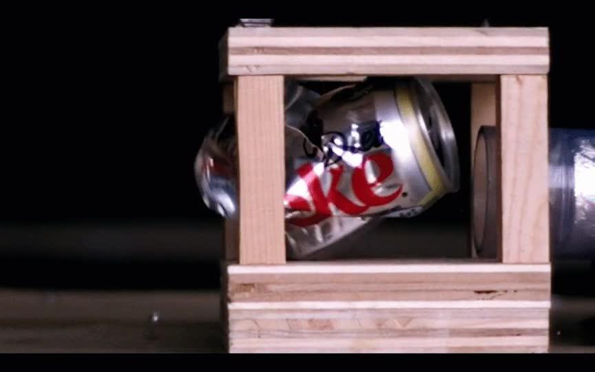 Enlace a Pelota de ping pong destrozando una lata de refresco