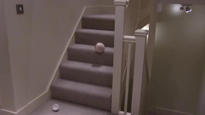 Enlace a BB-8 intentando pasar la prueba de las escaleras