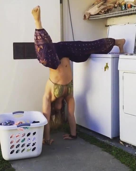 Enlace a La forma más práctica de hacer yoga mientras haces las tareas del hogar