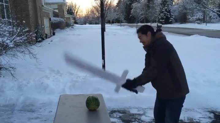 Enlace a Cortando un sandía con una espada de hielo