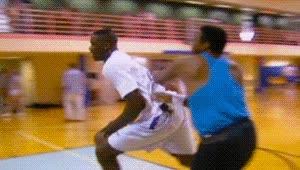 Enlace a Un joven Shaquille O'Neal destrozando el tablero