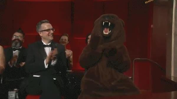 Enlace a Hasta el oso de El Renacido está contento por el Oscar de Leo