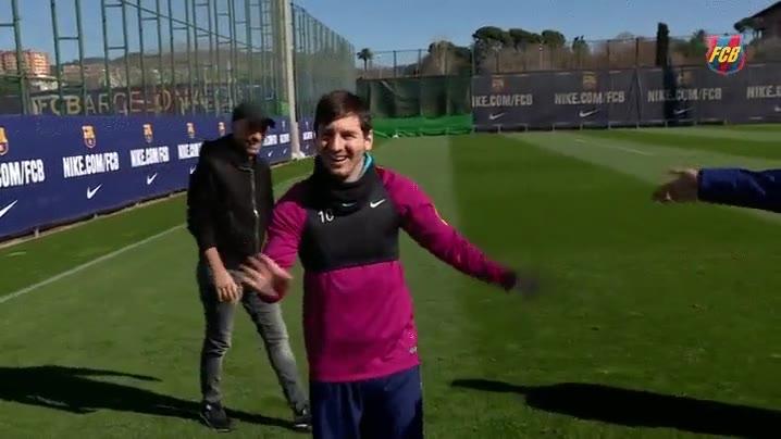 Enlace a Messi metiendo un golazo sin ángulo a la primera. Es de otro planeta
