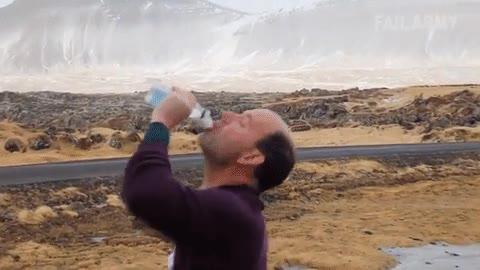 Enlace a La forma más estúpida de beberte la última botella de agua
