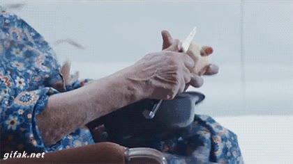Enlace a No hay nada más poderoso que una abuela pelando patatas