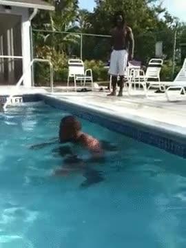 Enlace a La forma más espectacular de salir de la piscina