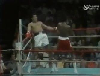 Enlace a Muhammad Ali esquivando 21 puñetazos en 10 segundos. Alucinante