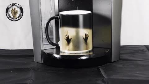 Enlace a Cuando descubres una persona atrapada dentro de tu taza