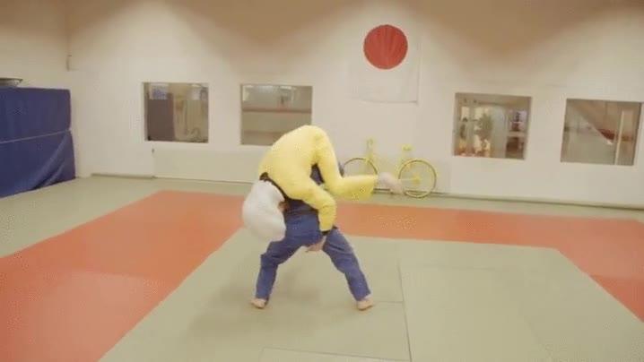 Enlace a Probando el funcionamiento de un casco con airbag para practicar judo