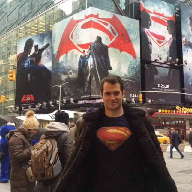 Enlace a Superman no tiene que pasar desapercibido por la ciudad. Nadie lo reconoce
