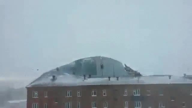 Enlace a Días de viento que destrozan el tejado de un edificio