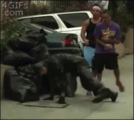 Enlace a Cuando andas tranquilo por la calle y te encuentras con basura que hace Breakdance