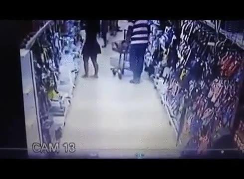 Enlace a Pillan a un pervertido tomando fotos comprometidas en un supermercado