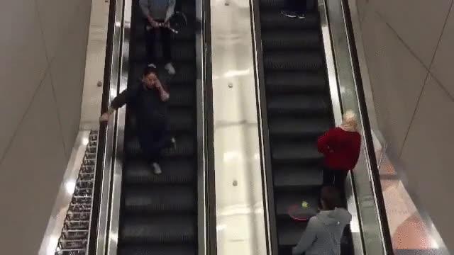 Enlace a Jugando a tenis en las escaleras mecánicas del aeropuerto de Denver