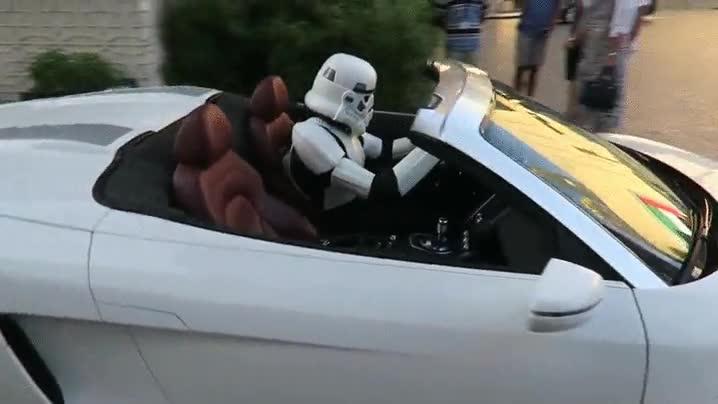 Enlace a Storm Trooper conduciendo un Audi R8, cosas que solo puedes ver en Dubai