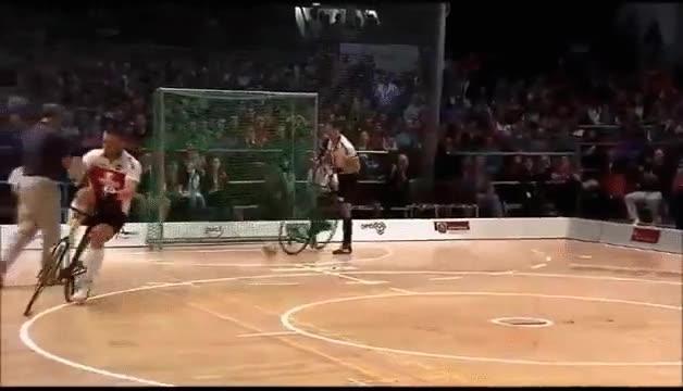 Enlace a Jugar a fútbol con bicicletas parece algo súper divertido