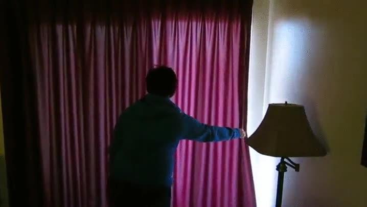 Enlace a ¿Puedes abrir las cortinas para que todo el mundo vea las increíbles vistas que tenemos en casa?