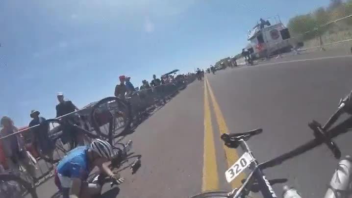 Enlace a Vista en primera persona del accidente en una carrera de bicis