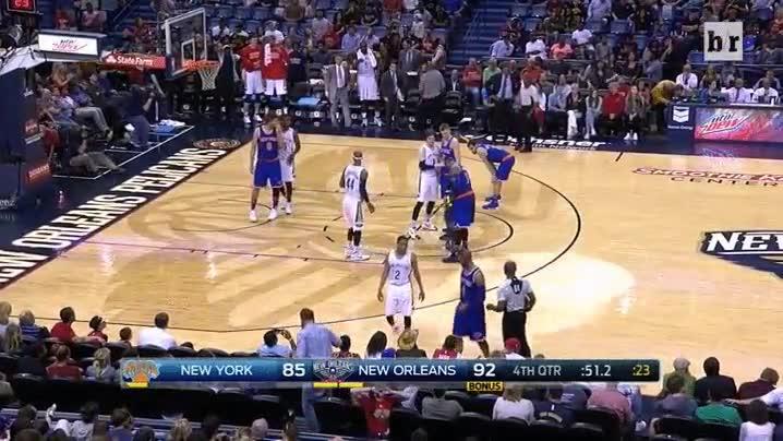 Enlace a Un niño invade la pista solo para abrazar a Carmelo Anthony