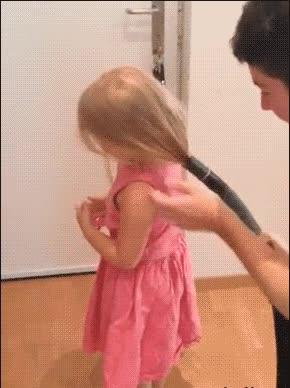 Enlace a Papá tiene el mejor truco para hacerle una coleta a su hija
