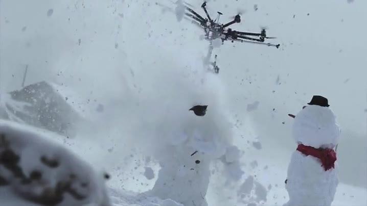 Enlace a Una motosierra enganchada a un dron. El ser humano está creando cosas terroríficas