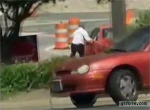 Enlace a Pierde el control de su coche pero salva la situación de una forma espectacular