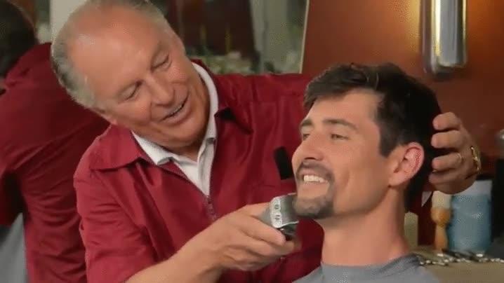 Enlace a Anuncio de televisión de un peluquero que no corta ni un solo pelo