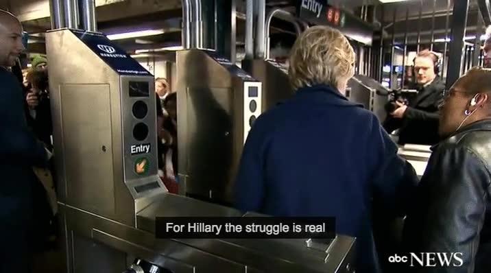 Enlace a Hillary Clinton intentando entrar en el metro de Nueva York
