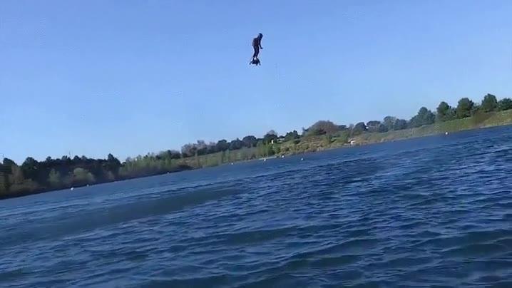 Enlace a Franky Zapata probando el Flyboard Air