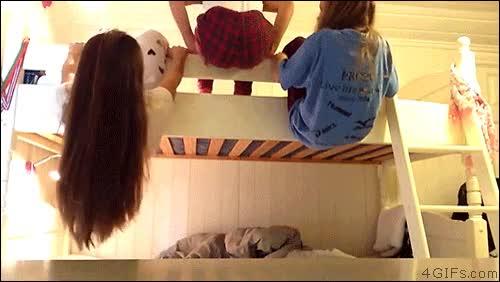 Enlace a Tres chicas intentando colgarse de una litera