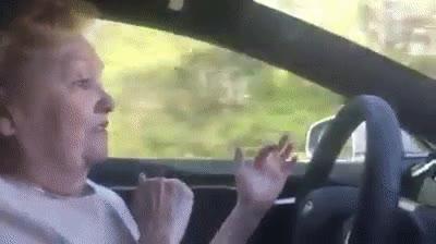 Enlace a Abuela probando el piloto automático de Tesla por primera vez