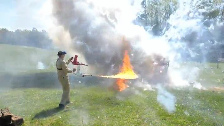 Enlace a Utilizando dos lanzallamas para encender fuegos artificiales