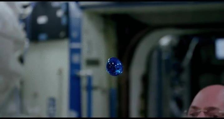 Enlace a Coloreando esferas de agua en el espacio