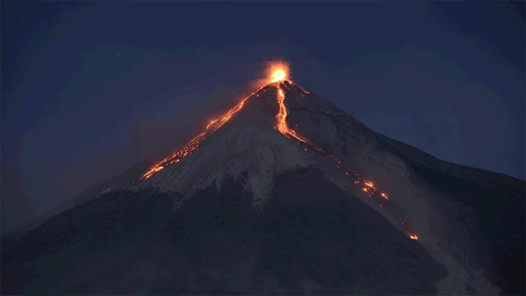 Enlace a Erupción volcánica de noche. Una maravilla digna de ser vista