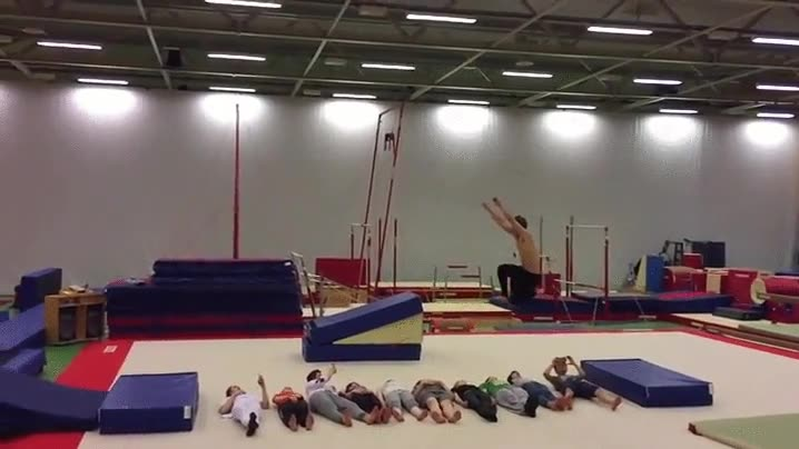 Enlace a Salto de longitud por encima de 10 personas
