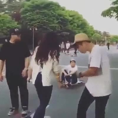 Enlace a Lo que hace esta chica coreana con el longboard es alucinante