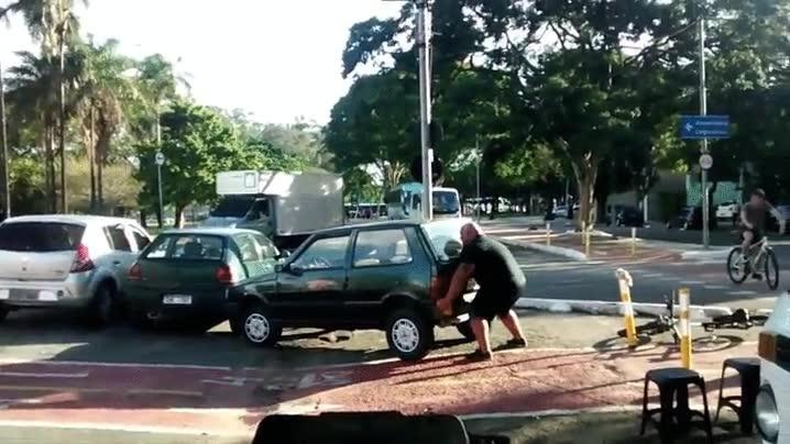 Enlace a Ciclista apartando a lo bestia un coche aparcado en el carril bici